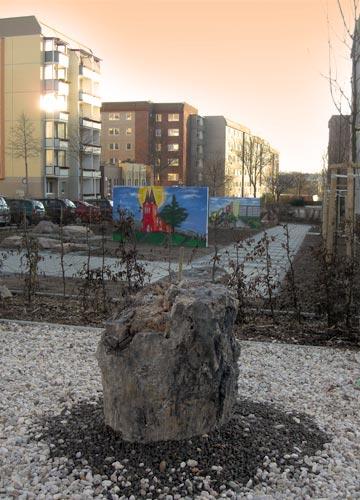 Exponat des versteinerten Waldes an der Paul-Arnold-Straße