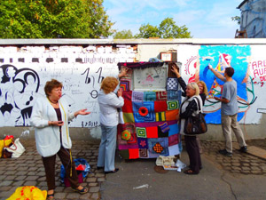 Hanna und die urbane strickhuelle, Art-Mauer 2012 in Chemnitz, Stadtteil Sonnenberg