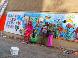 Kids vor der Art-Mauer auf dem Sonnenberg, 2012