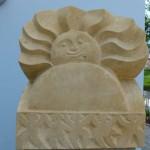 Aus Sandstein gehauene Sonne an der Fassade der Kita Tschaikowskistraße