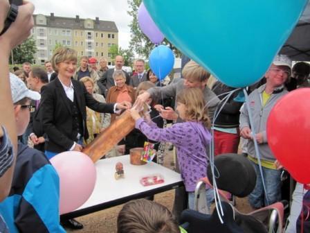 Grundsteinlegung - Barbara Ludwig, Annett Goerlitz und eine Schülerin