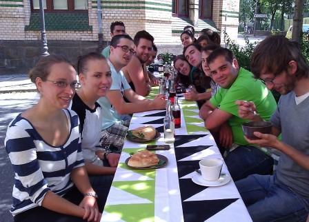 Gruppe draußen beim Essen