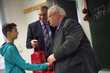 Werner Thiele überreicht das Geschenk der Rotarier