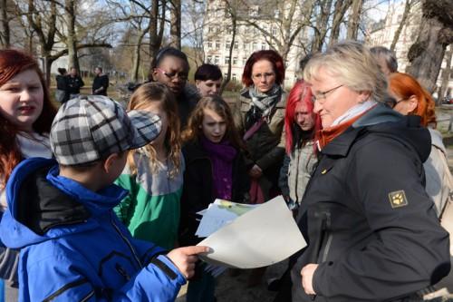 Frau Schumann zeigte den Kinder die geplante neue Schaukel.