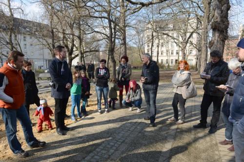 Die Leute vom Grünflächenamt mit Anwohnern auf dem Lessingplatz: Leiter Peter Börner (2. v. links), Bernhard Herrmann (Mitte, neben Stadtteilmanagerin Elke Koch)