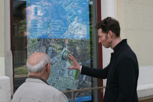 Jens Gerhardt vom Leipziger Stadtentwicklungsbüro u.m.s. GmbH erläutert einem Grundstückseigentümer die Aussagen der Rahmenplanung zur betroffenen Parzelle am Schaufenster der Ladenlokals Hainstraße 93A