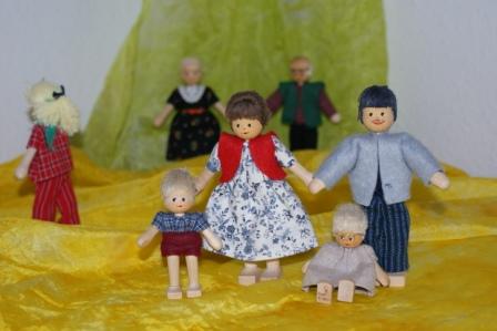 Mit Figuren zeigen Kinder ihre Familiensituation.